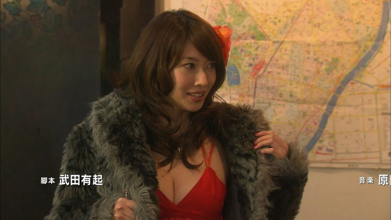 【胸ちらキャプ画像】テレビなのに谷間見えすぎなタレント達w 11