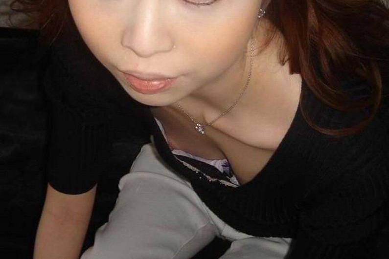 【素人ポロリ画像】ブラの隙間から乳首まで見えちゃってる素人女性達ww 03