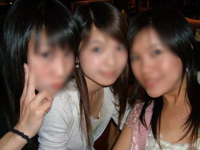【素人ポロリ画像】ブラの隙間から乳首まで見えちゃってる素人女性達ww 04