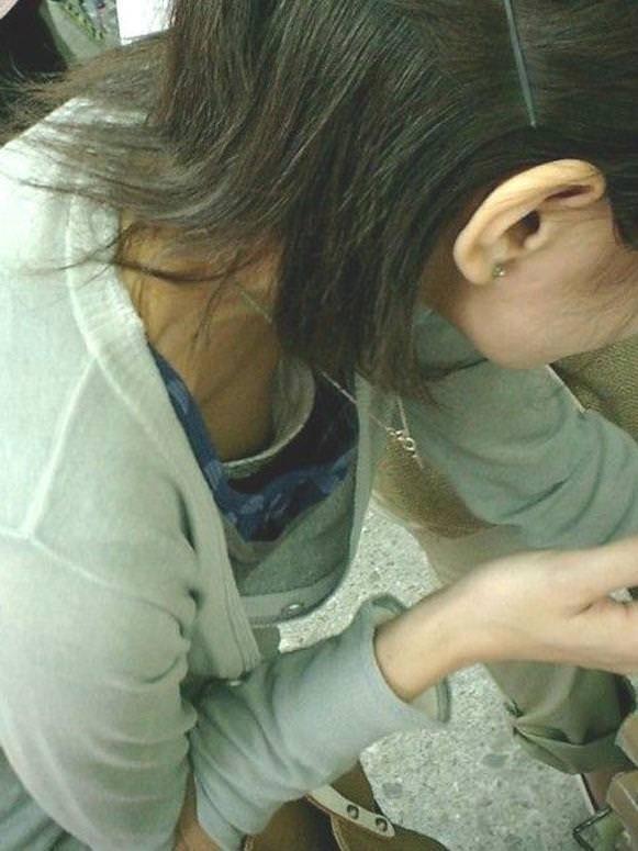 【素人ポロリ画像】ブラの隙間から乳首まで見えちゃってる素人女性達ww 19