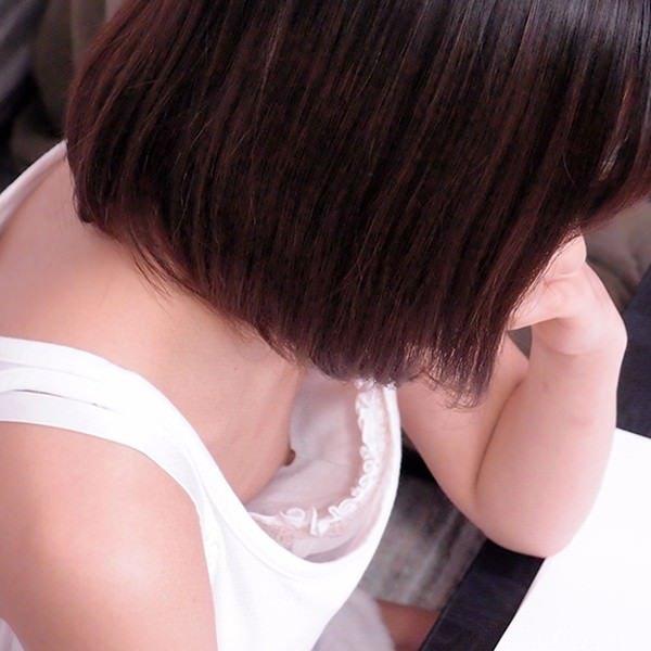 【素人ポロリ画像】ブラの隙間から乳首まで見えちゃってる素人女性達ww 23