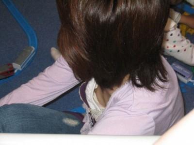【素人ポロリ画像】ブラの隙間から乳首まで見えちゃってる素人女性達ww 24