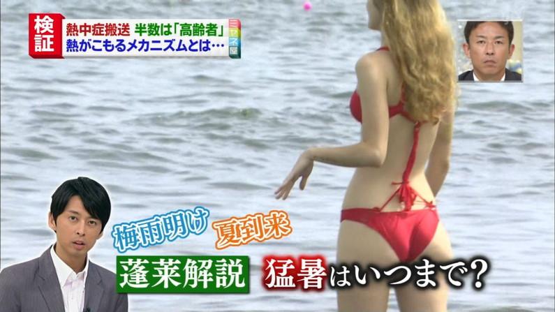 【水着キャプ画像】もぉそろそろ見納めのテレビに映った激エロ素人の水着姿w