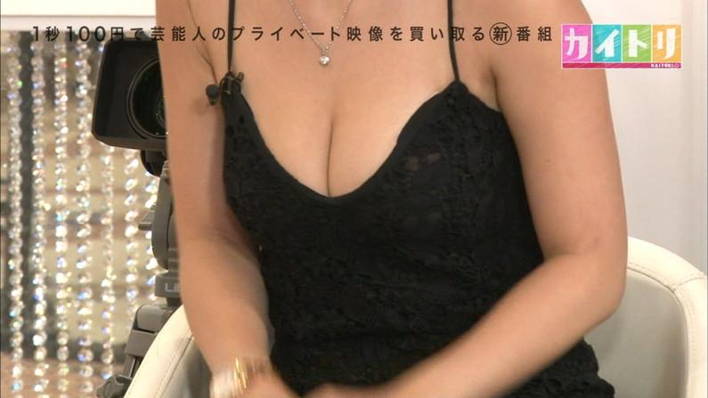【胸ちらキャプ画像】ちょっと巨乳タレント達ってエロい谷間見せすぎじゃね?ww 04