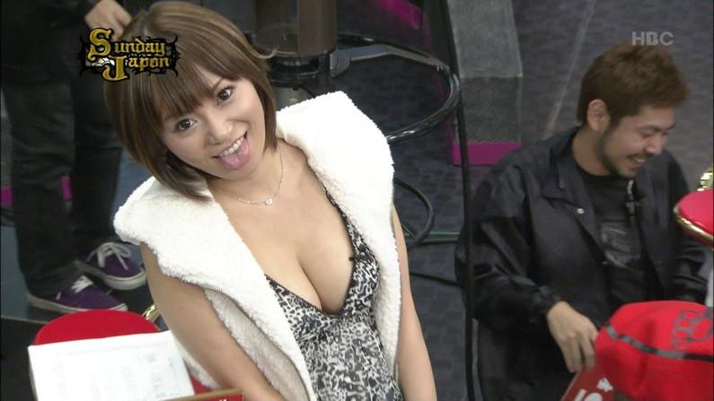 【胸ちらキャプ画像】ちょっと巨乳タレント達ってエロい谷間見せすぎじゃね?ww 13