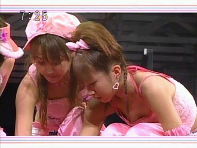 【胸ちらキャプ画像】前屈みになって乳首まで見えそうなくらい胸ちらしてるw 01