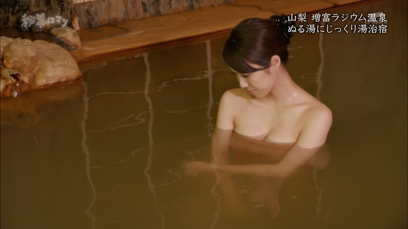 【温泉キャプ画像】テレビに映る美女達の入浴シーンがハミ乳し過ぎてエロww