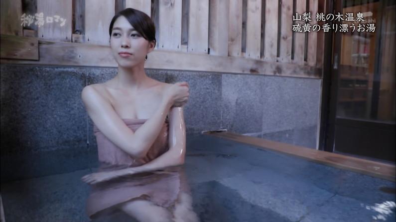 【温泉キャプ画像】テレビに映る美女達の入浴シーンがハミ乳し過ぎてエロww 17