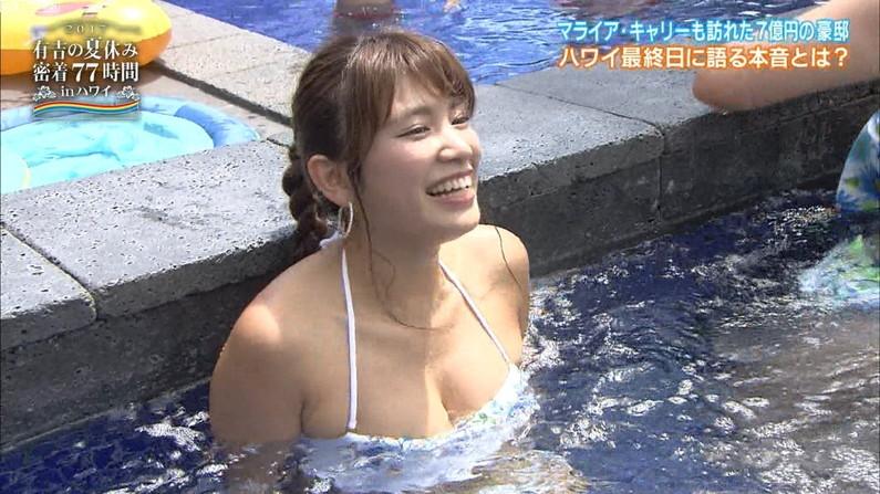 【水着キャプ画像】ポロリ寸前の際どい極小ビキニ着たタレント達がヤバいww 04