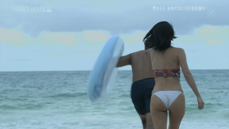【お尻キャプ画像】テレビに映る水着美女達のハミ尻がエロすぎてヤバイww 17