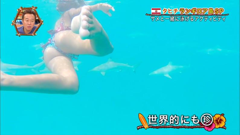 【お尻キャプ画像】テレビに映る水着美女達のハミ尻がエロすぎてヤバイww 21