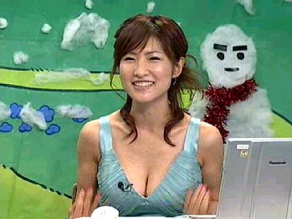 【胸ちらキャプ画像】タレント達がテレビなのにあざとく見せてくる谷間がヤバすぎるw 09