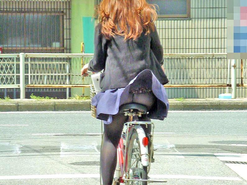 【パンチラハプニング画像】一瞬の突風でスカートめくれ上がっちゃった素人美女達w 01