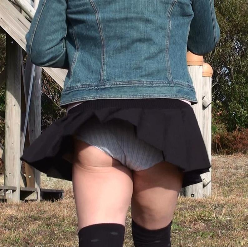 【パンチラハプニング画像】一瞬の突風でスカートめくれ上がっちゃった素人美女達w 04