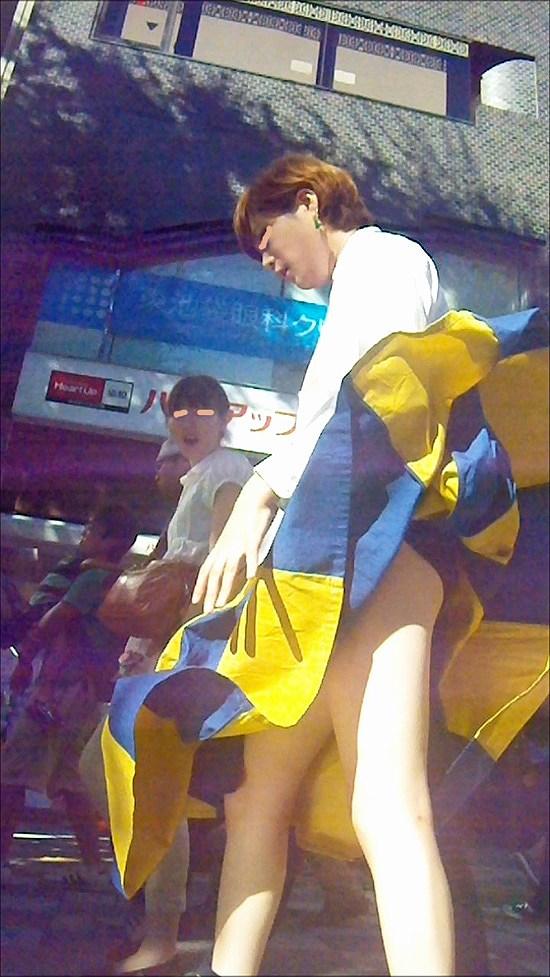 【パンチラハプニング画像】一瞬の突風でスカートめくれ上がっちゃった素人美女達w 07
