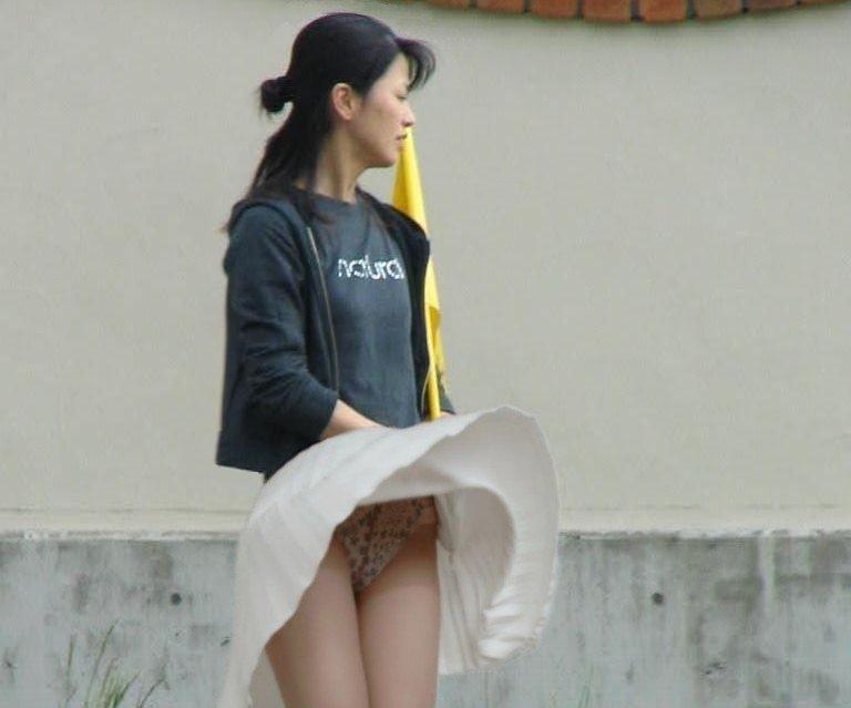 【パンチラハプニング画像】一瞬の突風でスカートめくれ上がっちゃった素人美女達w 08