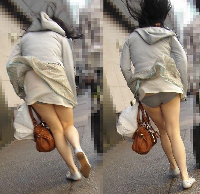 【パンチラハプニング画像】一瞬の突風でスカートめくれ上がっちゃった素人美女達w 09