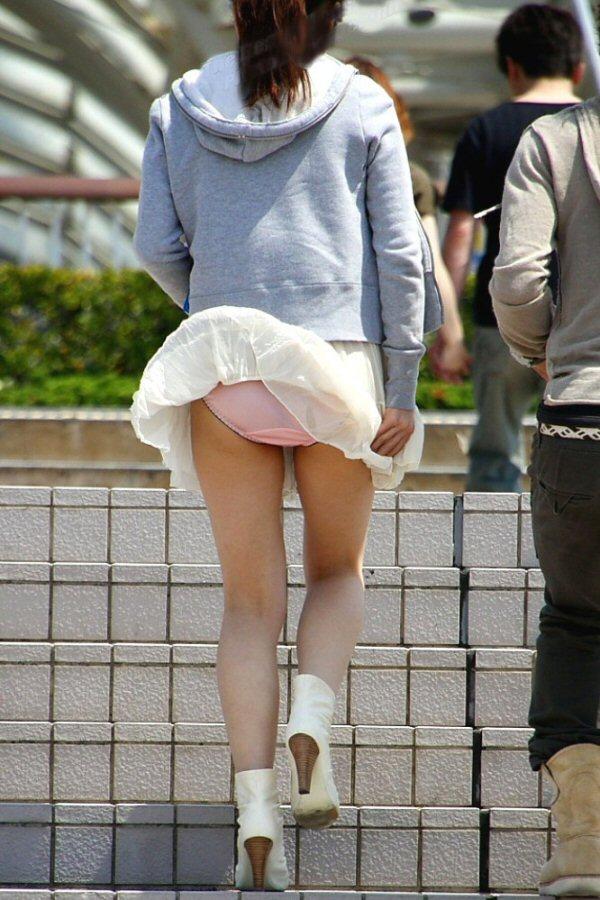 【パンチラハプニング画像】一瞬の突風でスカートめくれ上がっちゃった素人美女達w 11