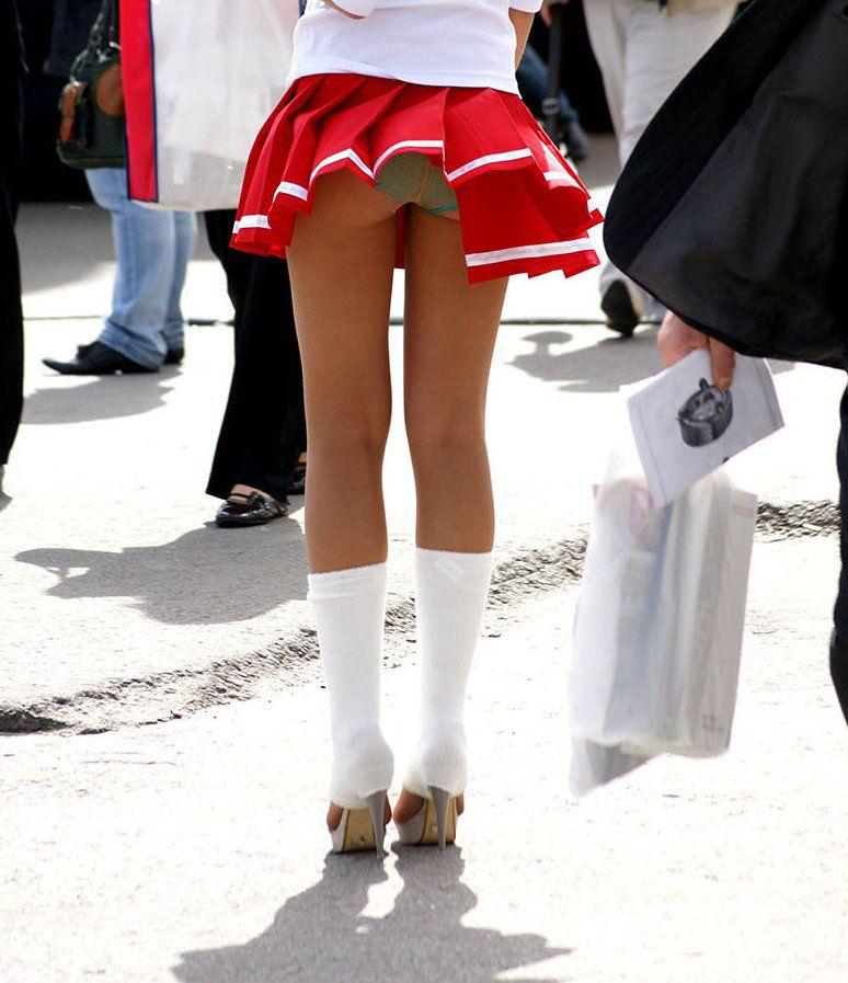 【パンチラハプニング画像】一瞬の突風でスカートめくれ上がっちゃった素人美女達w 13