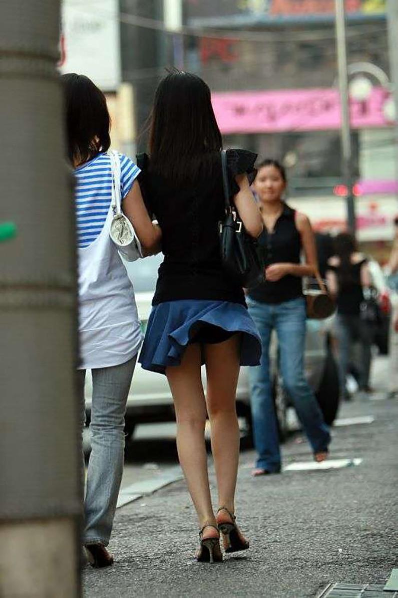 【パンチラハプニング画像】一瞬の突風でスカートめくれ上がっちゃった素人美女達w 15
