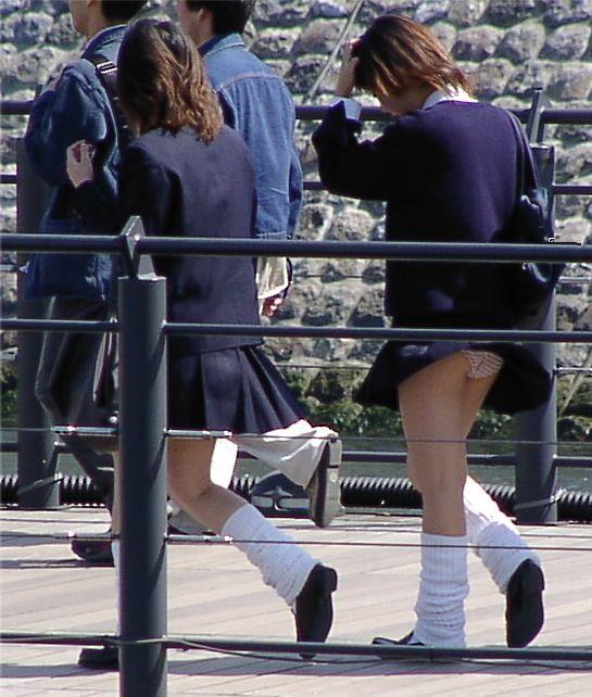 【パンチラハプニング画像】一瞬の突風でスカートめくれ上がっちゃった素人美女達w 17