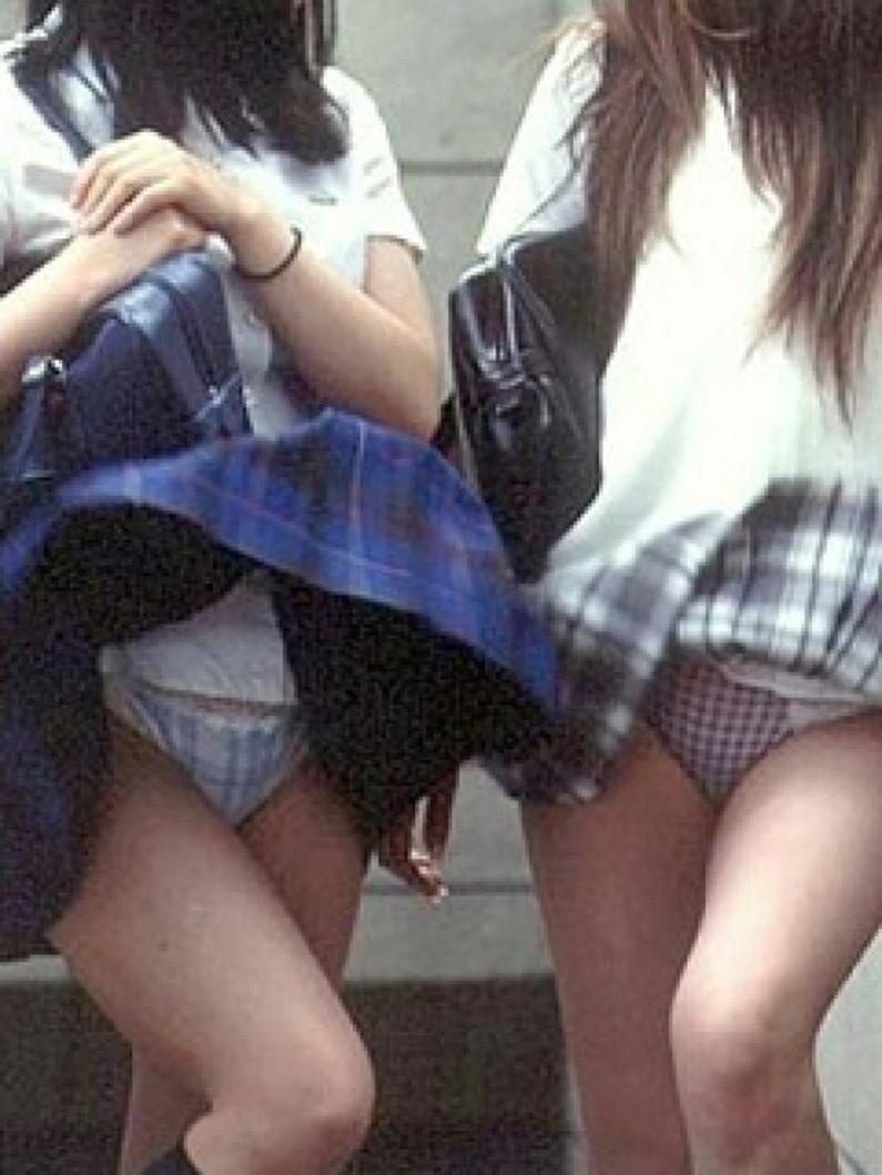 【パンチラハプニング画像】一瞬の突風でスカートめくれ上がっちゃった素人美女達w 19