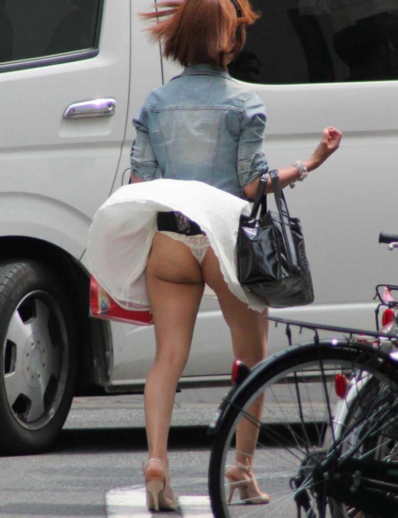 【パンチラハプニング画像】一瞬の突風でスカートめくれ上がっちゃった素人美女達w 21
