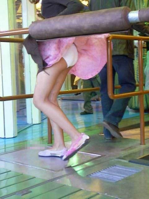【パンチラハプニング画像】一瞬の突風でスカートめくれ上がっちゃった素人美女達w 23