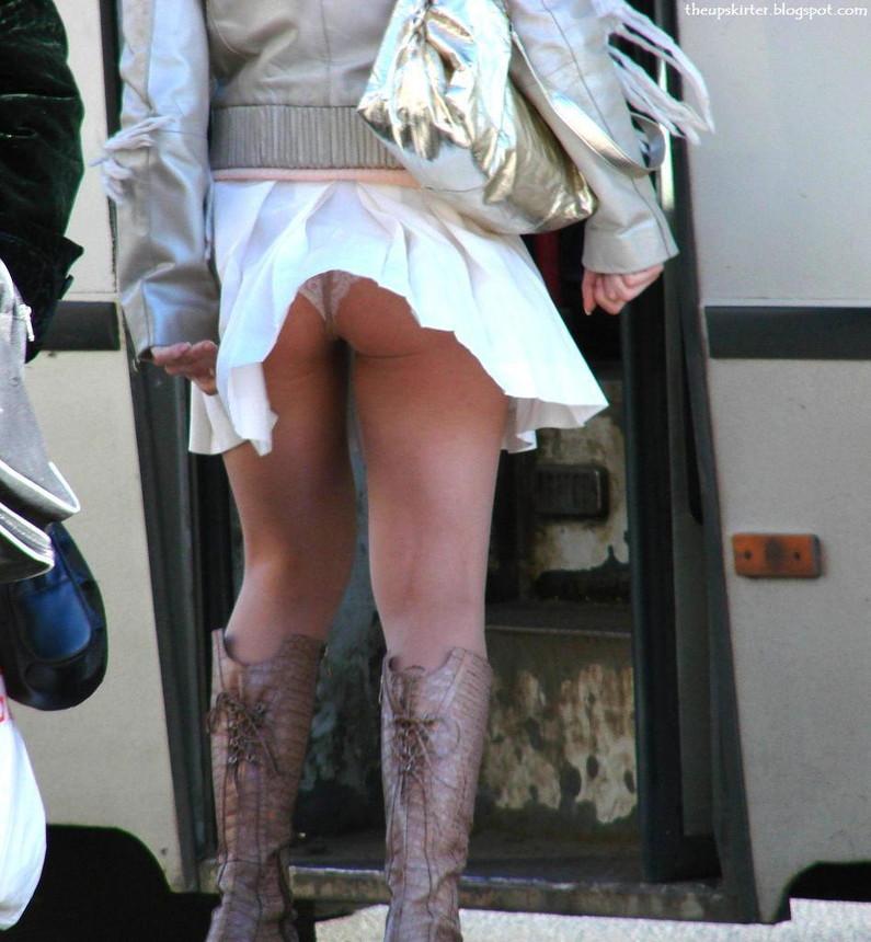 【パンチラハプニング画像】一瞬の突風でスカートめくれ上がっちゃった素人美女達w 24