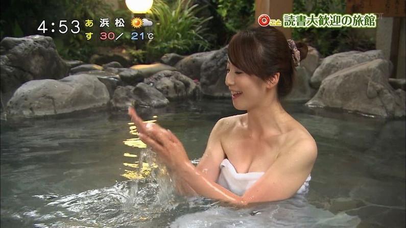 【温泉キャプ画像】温泉レポ見てたら絶対バスタオルからはみ出す巨乳に目がいってしまうよなw