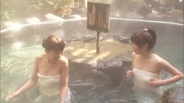 【温泉キャプ画像】温泉レポ見てたら絶対バスタオルからはみ出す巨乳に目がいってしまうよなw 21