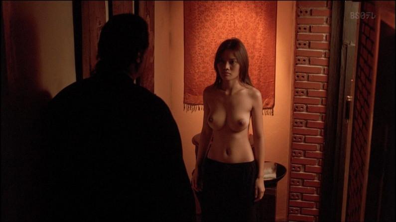 【蒸れ馬キャプ画像】濡れ場やベッドシーンで見せた乳首の綺麗な女優たちww