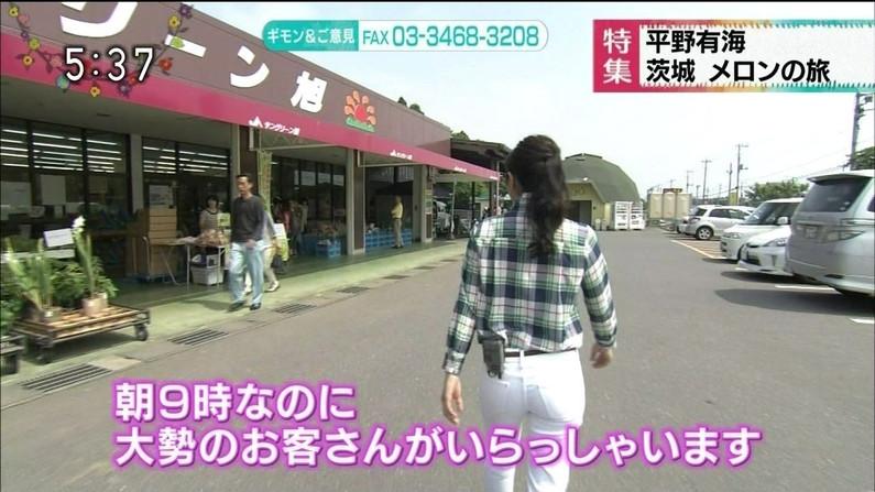 【お尻キャプ画像】ピッタリしたズボン履きすぎてパンツまで透けて見えてるタレントいてるしw