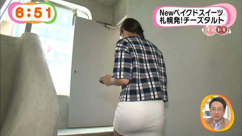 【お尻キャプ画像】大きなお尻にぴったりフィットしてパン線まで見えちゃってるタレント達w 04