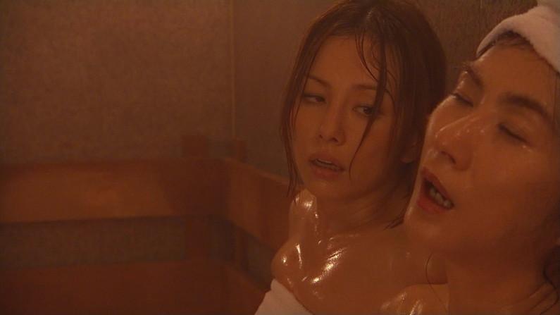 【温泉キャプ画像】いつポロリしてもおかしくないくらいギリギリにバスタオル巻いて温泉レポするタレント達w 18