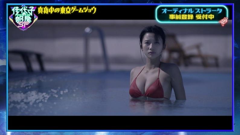 【水着キャプ画像】テレビに映った巨乳美女のビキニ姿がマジやばいw 15
