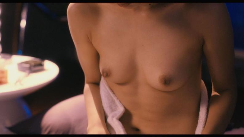 【濡れ場キャプ画像】女優さん達がベッドシーンなどで見せる綺麗なオッパイがヤバいww