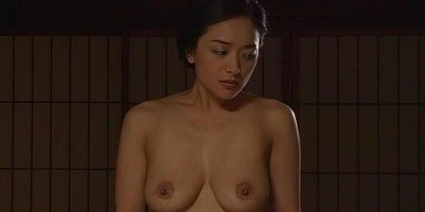 【濡れ場キャプ画像】女優さん達がベッドシーンなどで見せる綺麗なオッパイがヤバいww 15