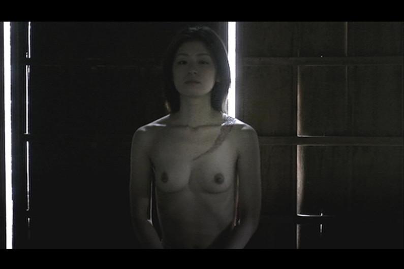 【濡れ場キャプ画像】女優さん達がベッドシーンなどで見せる綺麗なオッパイがヤバいww 21