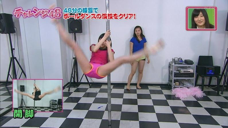 【開脚キャプ画像】マ〇コ見えそうなくらい思いっきりテレビでお股広げちゃってる美女達w