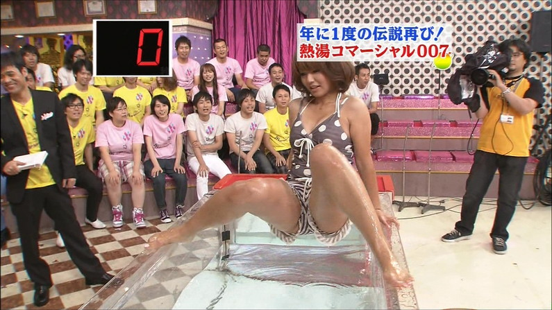 【開脚キャプ画像】マ〇コ見えそうなくらい思いっきりテレビでお股広げちゃってる美女達w 09