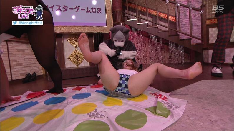 【開脚キャプ画像】マ〇コ見えそうなくらい思いっきりテレビでお股広げちゃってる美女達w 10