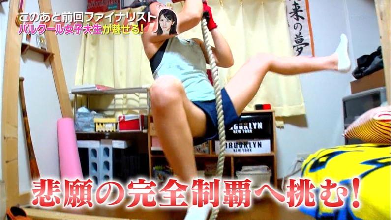 【開脚キャプ画像】マ〇コ見えそうなくらい思いっきりテレビでお股広げちゃってる美女達w 21