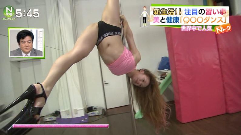 【開脚キャプ画像】マ〇コ見えそうなくらい思いっきりテレビでお股広げちゃってる美女達w 24