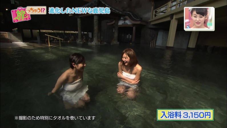 【温泉キャプ画像】バスタオルからハミ乳させて温泉レポする巨乳タレントがエロすぎるww 01