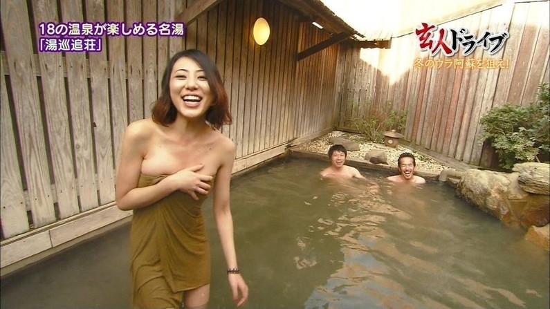 【温泉キャプ画像】バスタオルからハミ乳させて温泉レポする巨乳タレントがエロすぎるww 03