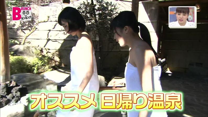【温泉キャプ画像】バスタオルからハミ乳させて温泉レポする巨乳タレントがエロすぎるww 04