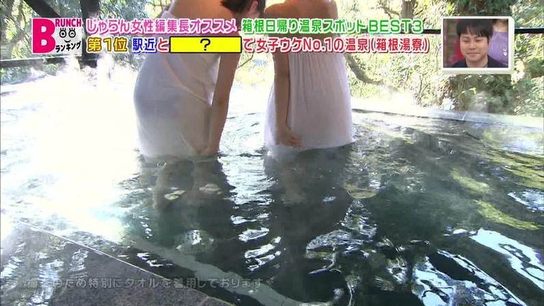 【温泉キャプ画像】バスタオルからハミ乳させて温泉レポする巨乳タレントがエロすぎるww 07