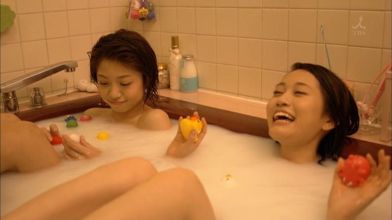 【温泉キャプ画像】バスタオルからハミ乳させて温泉レポする巨乳タレントがエロすぎるww 12