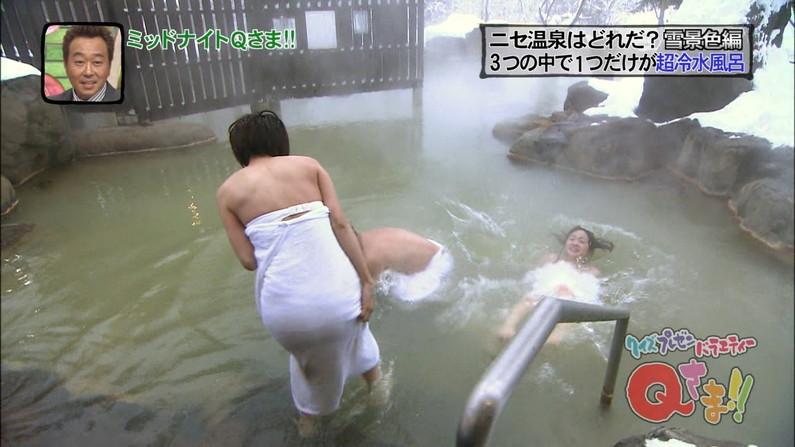 【温泉キャプ画像】バスタオルからハミ乳させて温泉レポする巨乳タレントがエロすぎるww 14